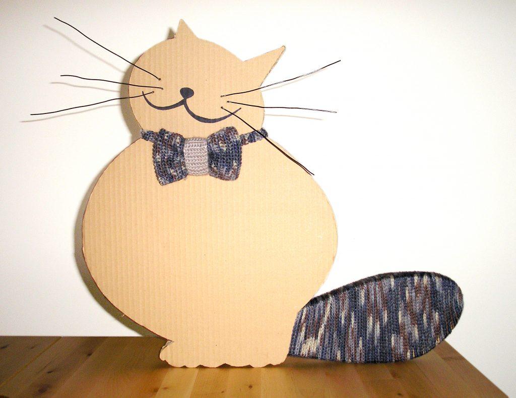Diseño y elaboración de gato de cartón para el escaparate de la clínica Veterinaria El León Dormido.