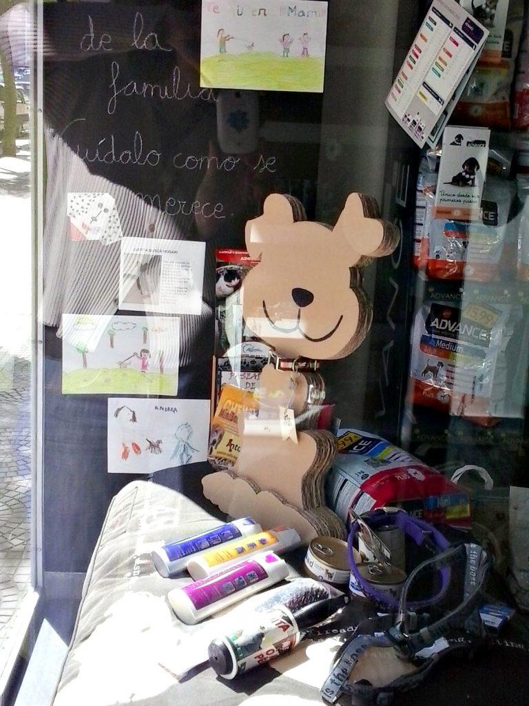Diseño y elaboración de perro de cartón para el escaparate de la clínica Veterinaria El León Dormido.